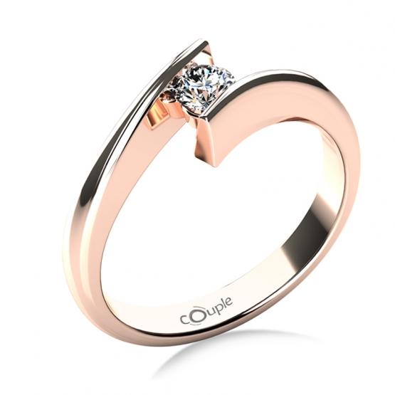 Zásnubní prsten Viky v růžovém zlatě s výrazným briliantem